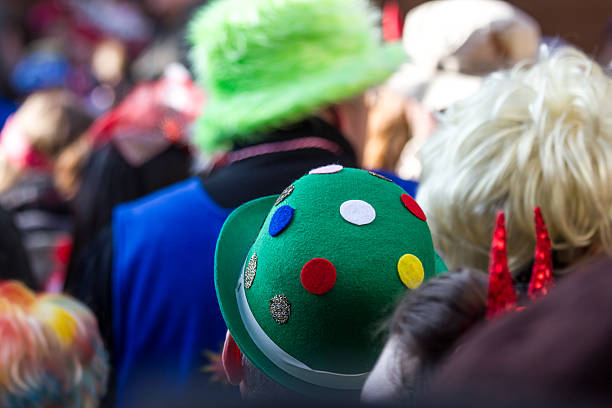 köln carneval personen hintergrund - karnevalskostüme köln stock-fotos und bilder