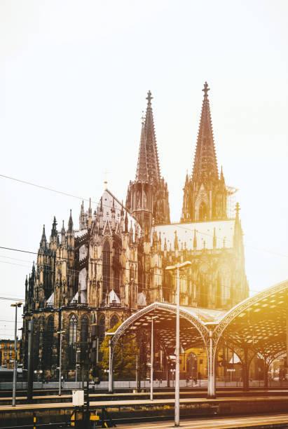 kölner dom und hauptbahnhof, köln, deutschland - kölner dom stock-fotos und bilder