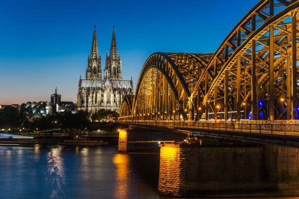 kölner dom und hohenzollernbrücke bei nacht - kiel stock-fotos und bilder