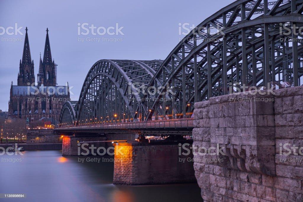 Kölner Dom und Hohenzollernbrücke kurz vor Sonnenuntergang. Panorama aus Köln. – Foto