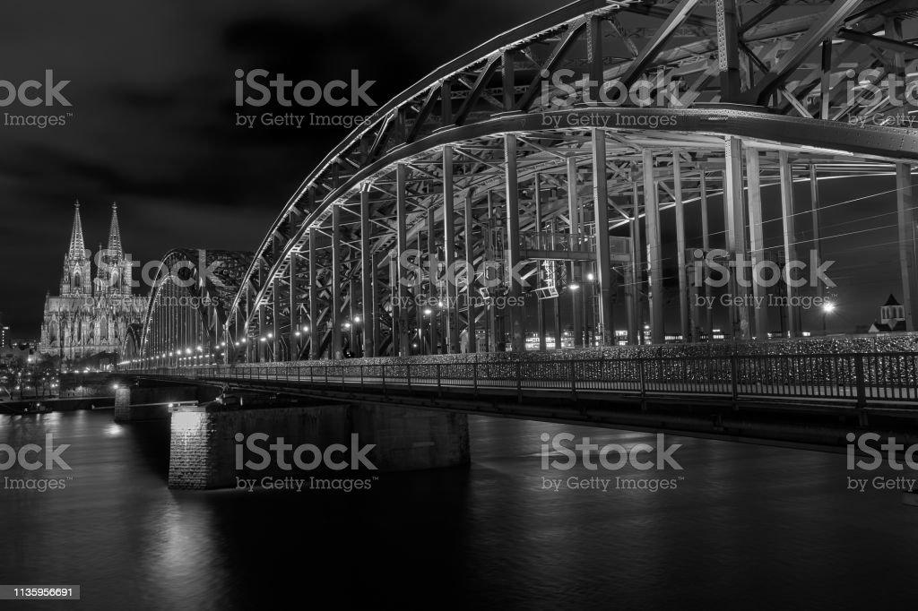 Kölner Dom und Hohenzollernbrücke - Panorama in Schwarz Weiß – Foto