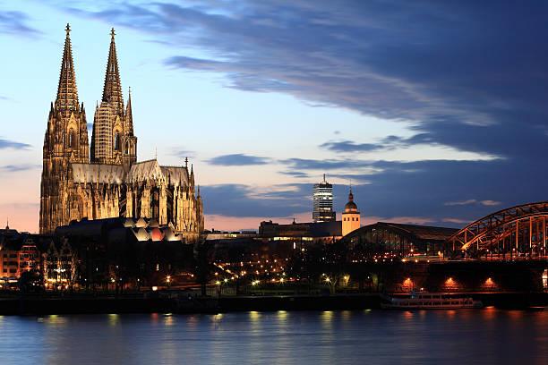 cologne cathedral in der dämmerung - kölner dom stock-fotos und bilder