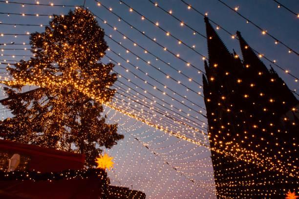 kölner dom weihnachtsmarkt - adventgeschichte stock-fotos und bilder