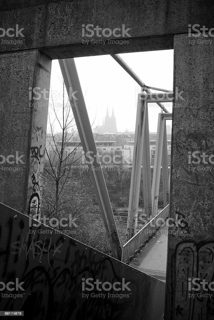 Cattedrale di Colonia, incorniciata da bridge costruzione in bianco e nero foto stock royalty-free