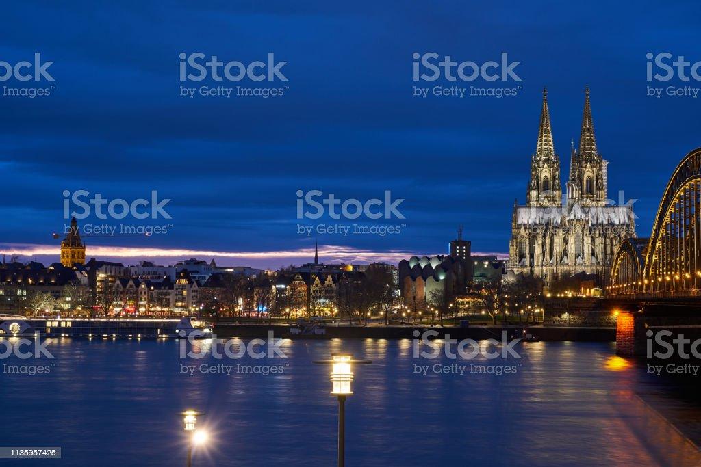 Kölner Dom, Hohenzollernbrücke Panorama, Blick auf die Kölner Altstadt während der goldenen Stunde. Königsblauer Himmel. – Foto