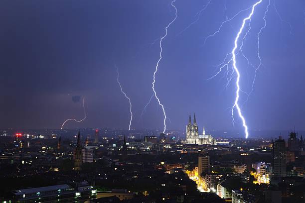 kölner dom nacht thunder - deutsche wetter stock-fotos und bilder