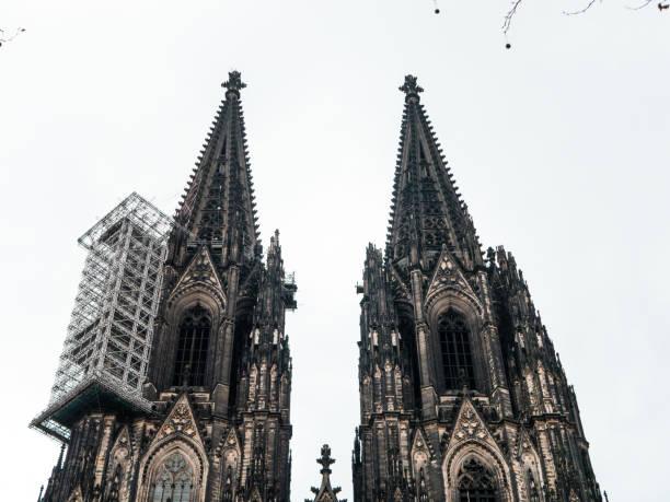 Kölner Dom mit Gerüst gegen bewölktem Himmel – Foto