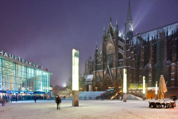 kölner hauptbahnhof und kölner dom im winter - restaurant köln stock-fotos und bilder