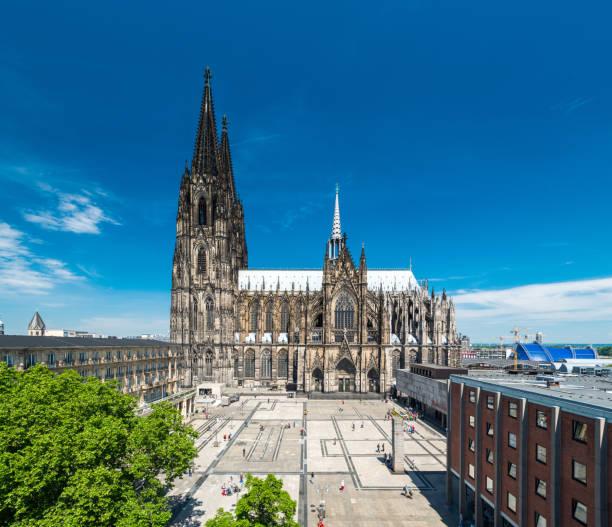 kölner skyline mit kathedrale (dom) - kölner dom stock-fotos und bilder