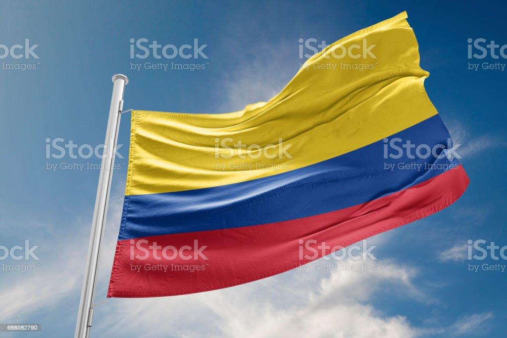 Bandera de Colombia está agitando contra el cielo azul - foto de stock