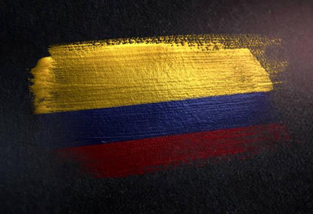 bandera de colombia de cepillo metálico pintura en pared dark grunge - bandera colombiana fotografías e imágenes de stock