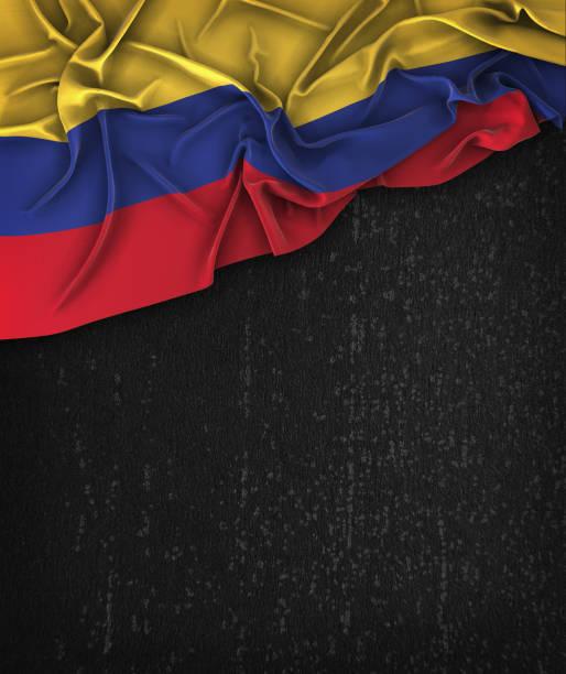 colombia bandera vintage en un grunge negro pizarra con espacio para texto - bandera colombiana fotografías e imágenes de stock