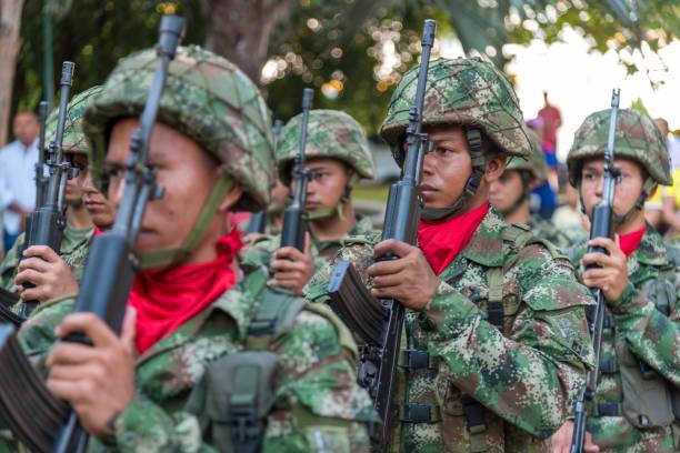 Kolumbianischer Armeesoldat in Formation mit seinen Gewehren – Foto