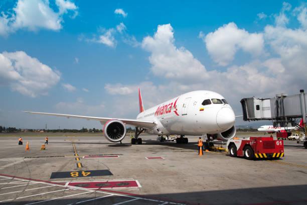 Colombiana Avianca avião avião um dos mais importantes na América do Sul. No aeroporto de Bogotá. - foto de acervo