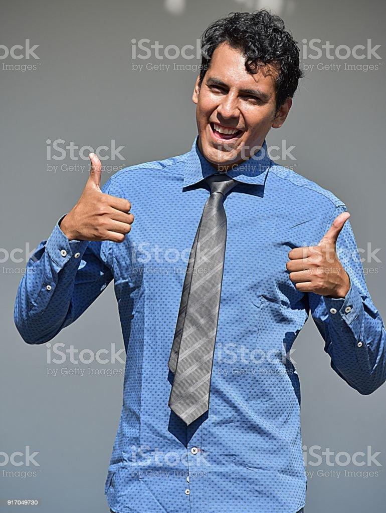 Hombre de negocios colombiano con pulgar arriba - foto de stock