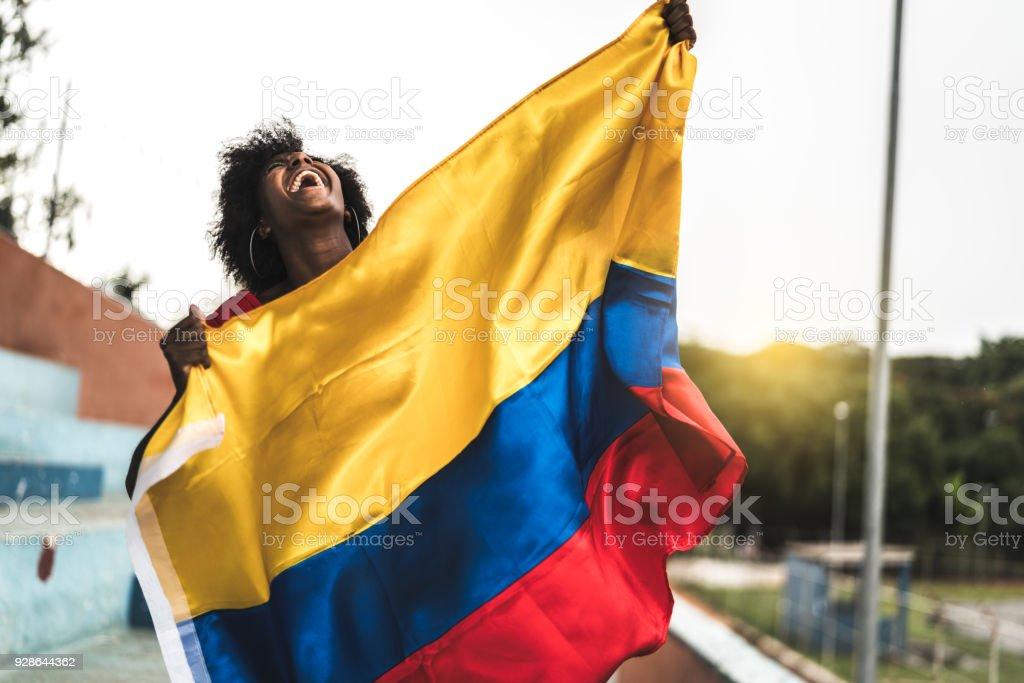 Fan colombiano viendo un partido de fútbol - foto de stock