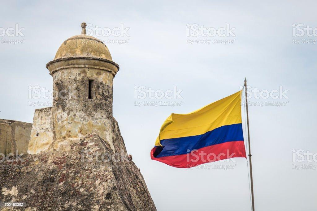 Bandera colombiana y la torre de una fortaleza - foto de stock