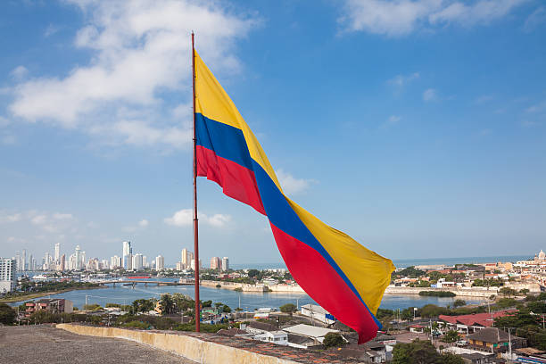 bandera colombiana en castillo de san felipe - bandera colombiana fotografías e imágenes de stock