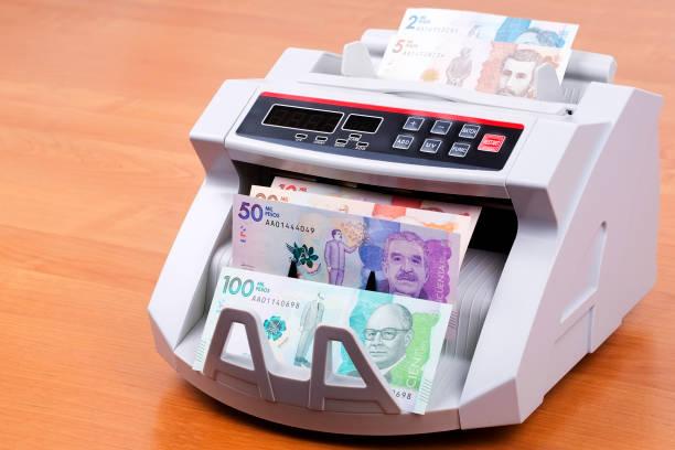 Kolumbianische Pesos in einer Zählmaschine – Foto