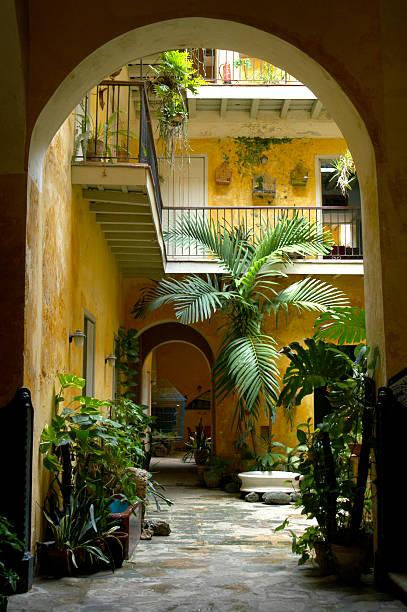 colonial kubanische courtyard architektur havanna, kuba - rustikaler hinterhof stock-fotos und bilder