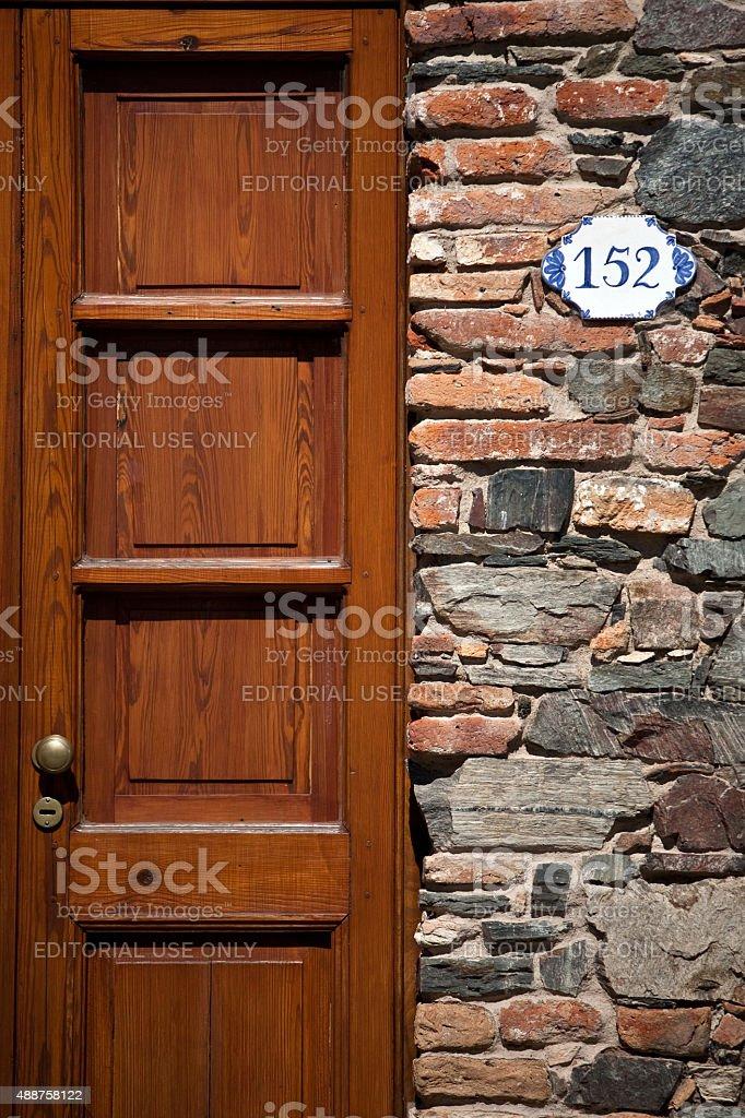 Colonial portas e rústico parede em Colonia del Sacramento, Uruguai - foto de acervo