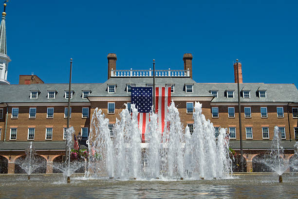 colonial revival city hall alexandria, virginia, usa-flagge-brunnen - altstadt stock-fotos und bilder