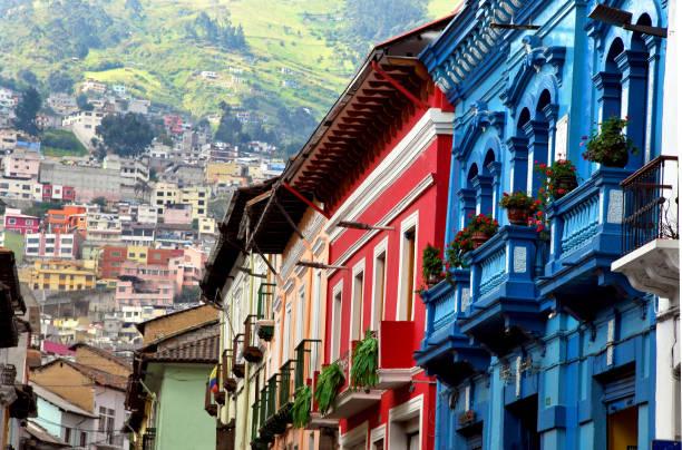 식민지 스타일과 녹색 산 - 에콰도르 뉴스 사진 이미지