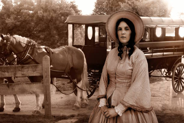 koloniale frau und amish wagen - pferdekutsche stock-fotos und bilder