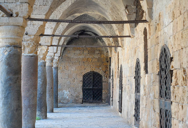 colonnade bij khan al umdan, karavanserai in akko, israël - karavanserai stockfoto's en -beelden