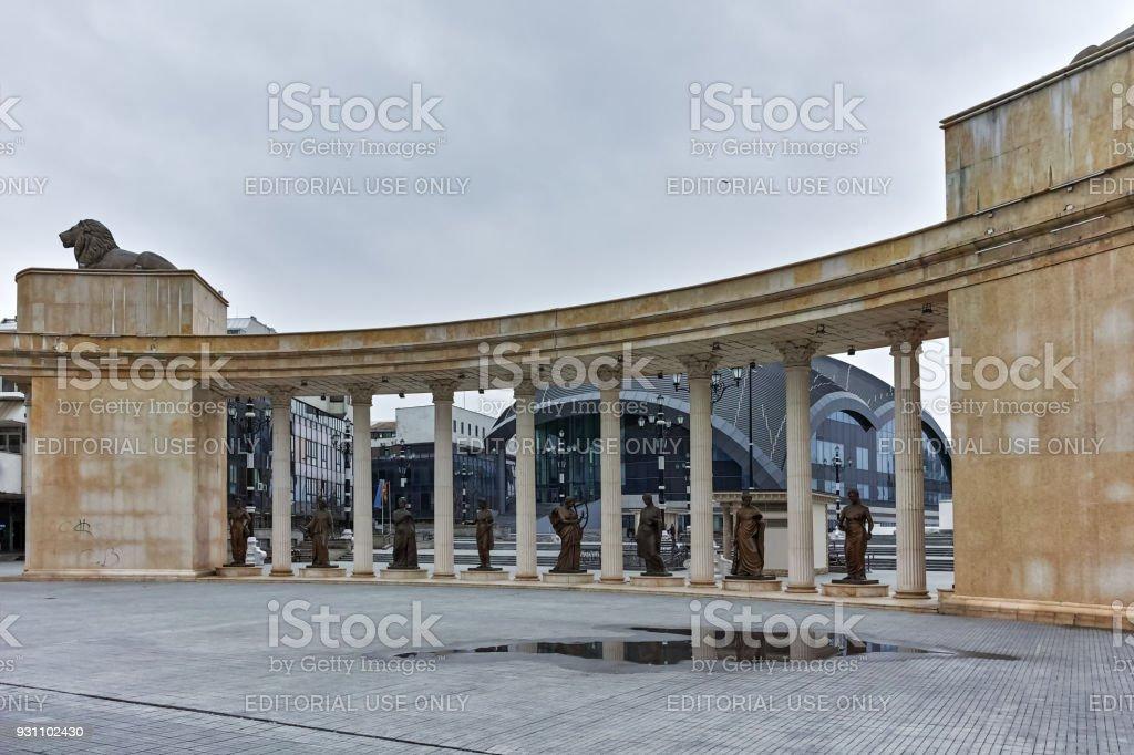 Colonnade şehir merkezinde Üsküp, Makedonya Cumhuriyeti Vardar Nehri yakınında - Royalty-free Anıt Stok görsel