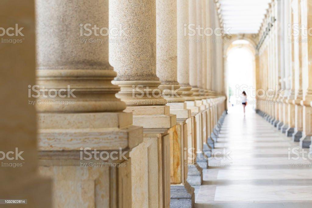 Columnata, fila de columnas de piedra clásicas, fondo con copia espacio - foto de stock