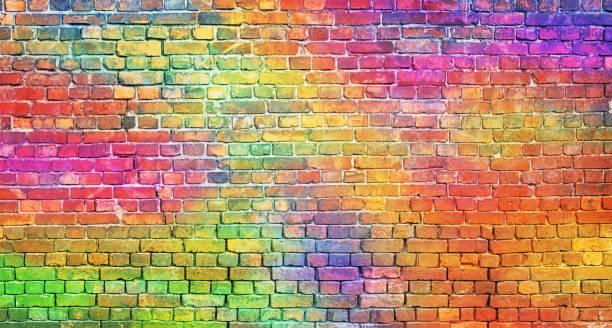 renk tuğla duvar, çok renkli duvar. gökkuşağı arka plan - duvar yazısı stok fotoğraflar ve resimler