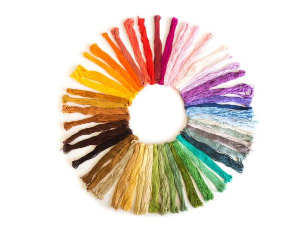 크로스 스티치 자 수 흰색 배경 색상. 다채로운 직물입니다. 공예의 재료입니다. - 엮다 뉴스 사진 이미지