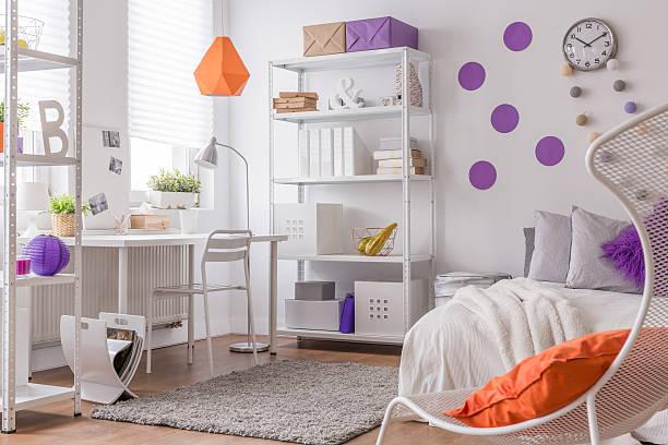 farbe informationen im teenager-schlafzimmer - lila teenschlafzimmer stock-fotos und bilder