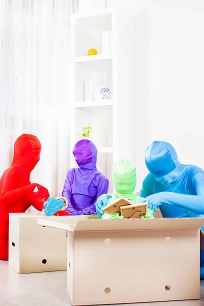 farbe familie in neues haus bewegen - morphsuit stock-fotos und bilder