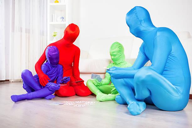 farbe familie spielkarten zu hause fühlen. - morphsuit stock-fotos und bilder