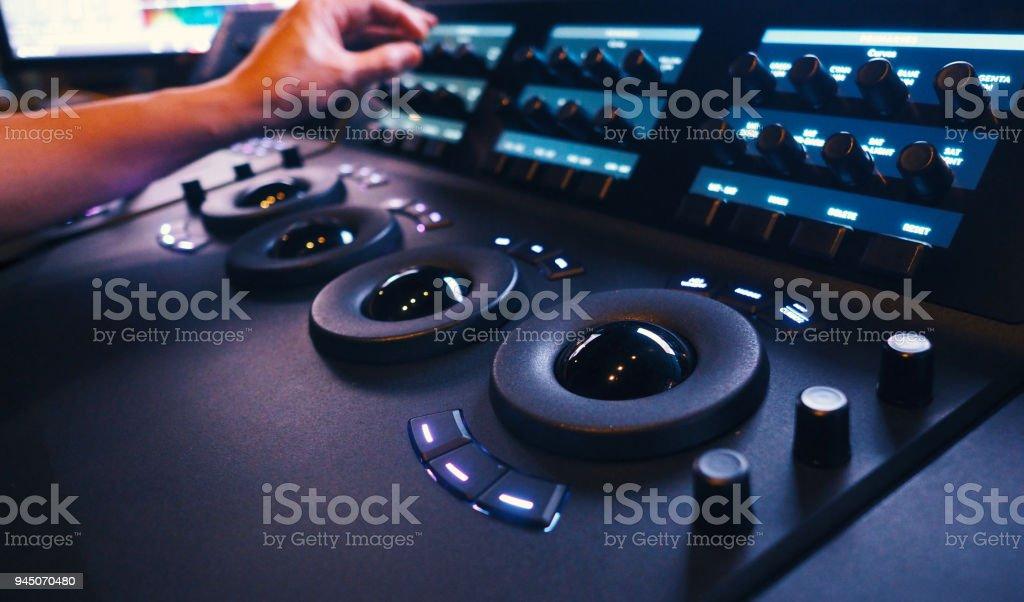 Niveladora de controlador en el laboratorio de estudio de sala de telecine de color - foto de stock