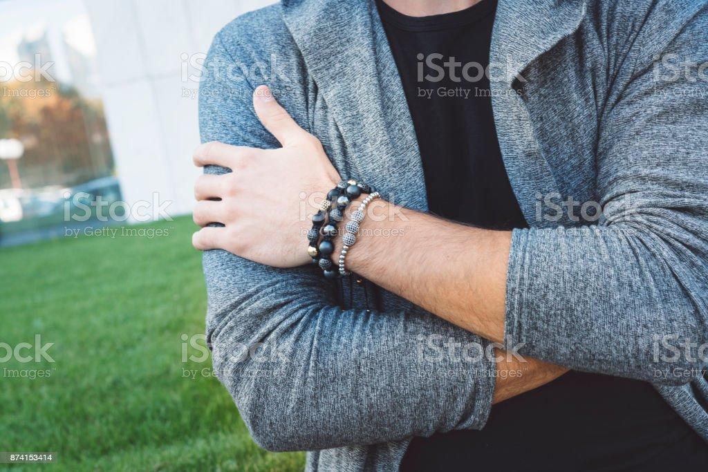 Farbbild des erwachsenen männlichen Hand mit Armband – Foto