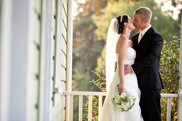 Farbe Brautpaar Küssen auf Land-Haus Veranda bewaldeten Hintergrund – Foto