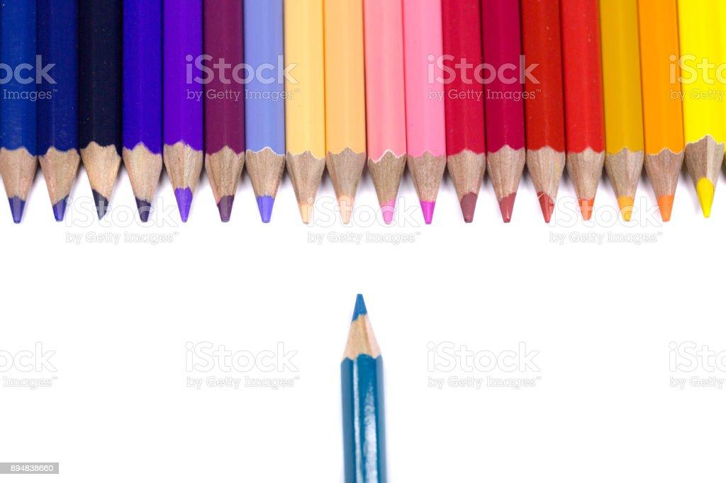 Isolado no fundo branco puro, de lápis de cor lápis de um é o oposto - foto de acervo
