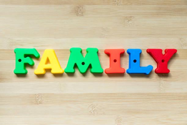 farbe kunststoff alphabet in wort familie auf holz hintergrund - papa zitate stock-fotos und bilder