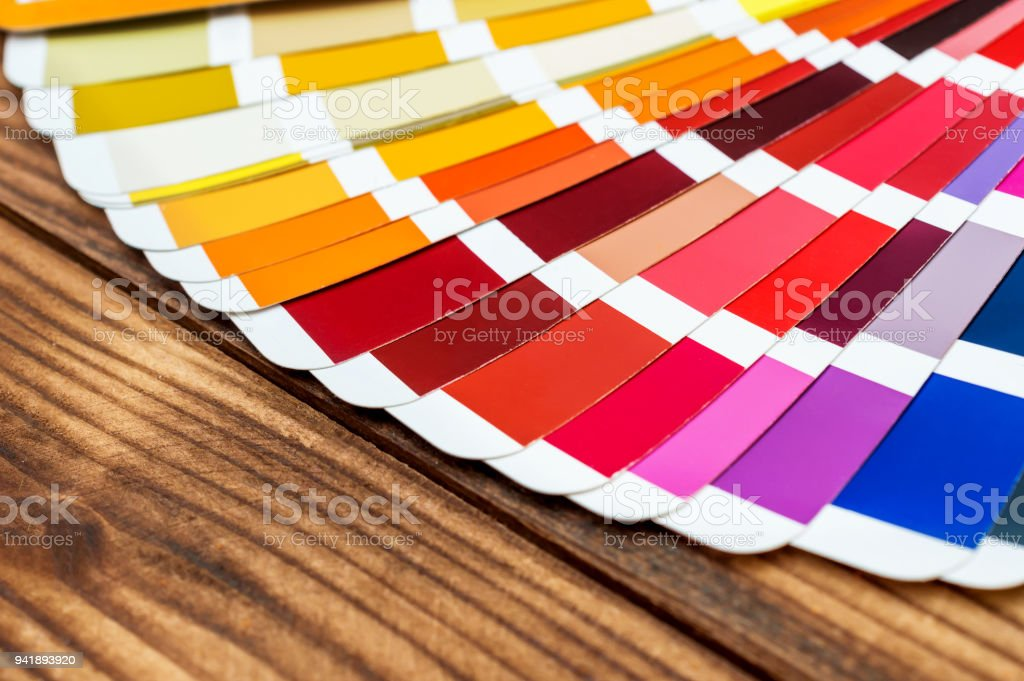 Libro De Muestras De Color En La Mesa De Madera De Cerca ...