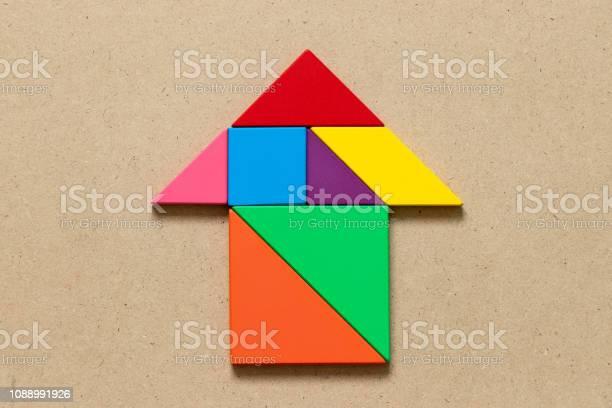 Color tangram puzzle in arrow shape on wood background picture id1088991926?b=1&k=6&m=1088991926&s=612x612&h=97fawkiyshz6bsynh7gbd1zvrsbgfs5qorr9ri  5xq=