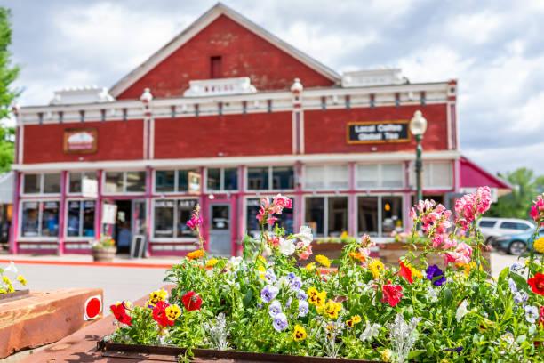Compra colorida da loja da vila de Colorado Centro no verão com arquitetura da montanha do vintage - foto de acervo