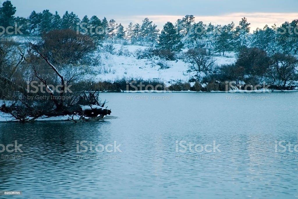 Colorado lac dans la neige fraîchement tombée au coucher du soleil photo libre de droits