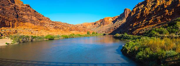 colorado river in utah panorama - moab utah stockfoto's en -beelden