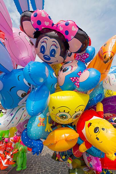 farbigen luft ballons für den verkauf von street marktstände - disney dekorationen stock-fotos und bilder