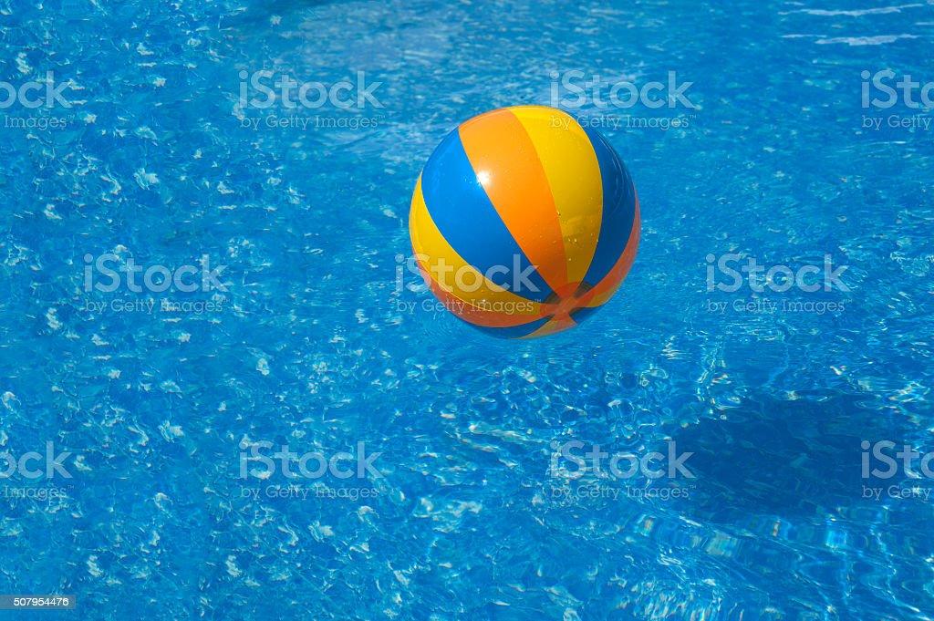Ballon coloré dans une piscine d'eau bleu - Photo