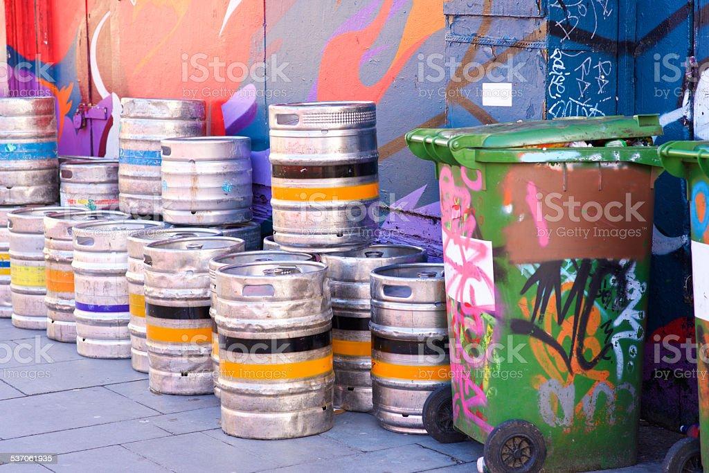 Farbige Bier kegs im graffiti-Ecke mit bin – Foto