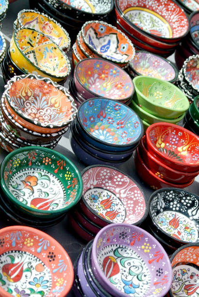 farbige schale und von hand dekoriert - handbemalte teller stock-fotos und bilder
